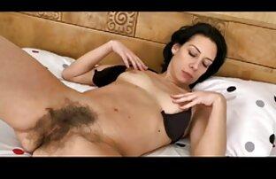 खुद के द्वारा मोज़ा में एक वयस्क ट्रिपल एक्स सेक्सी मूवी के साथ