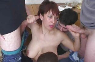 पतला लड़की जींस में सेक्स फिल्म मूवी उसके पति के साथ सोफे पर